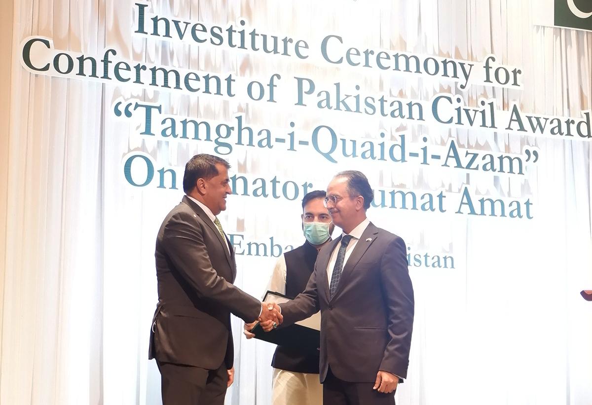 อนุมัติ อาหมัด รับรางวัล : Tamgha-i-Quaid-i-Azam