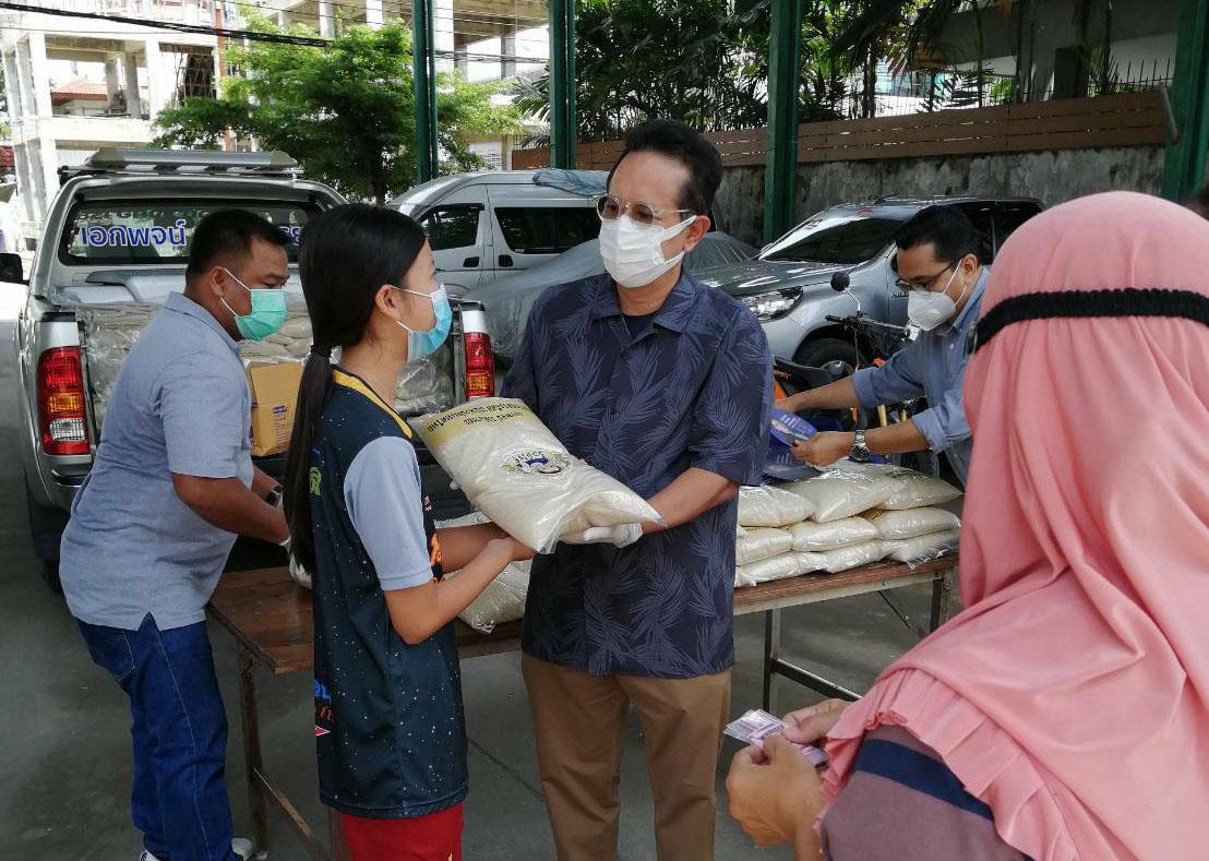 เอกพจน์ วงศ์อารยะ    นำข้าวสารหอมมะลิ บริจาคให้กับชุมชนสัปปุรุษที่ยากจน
